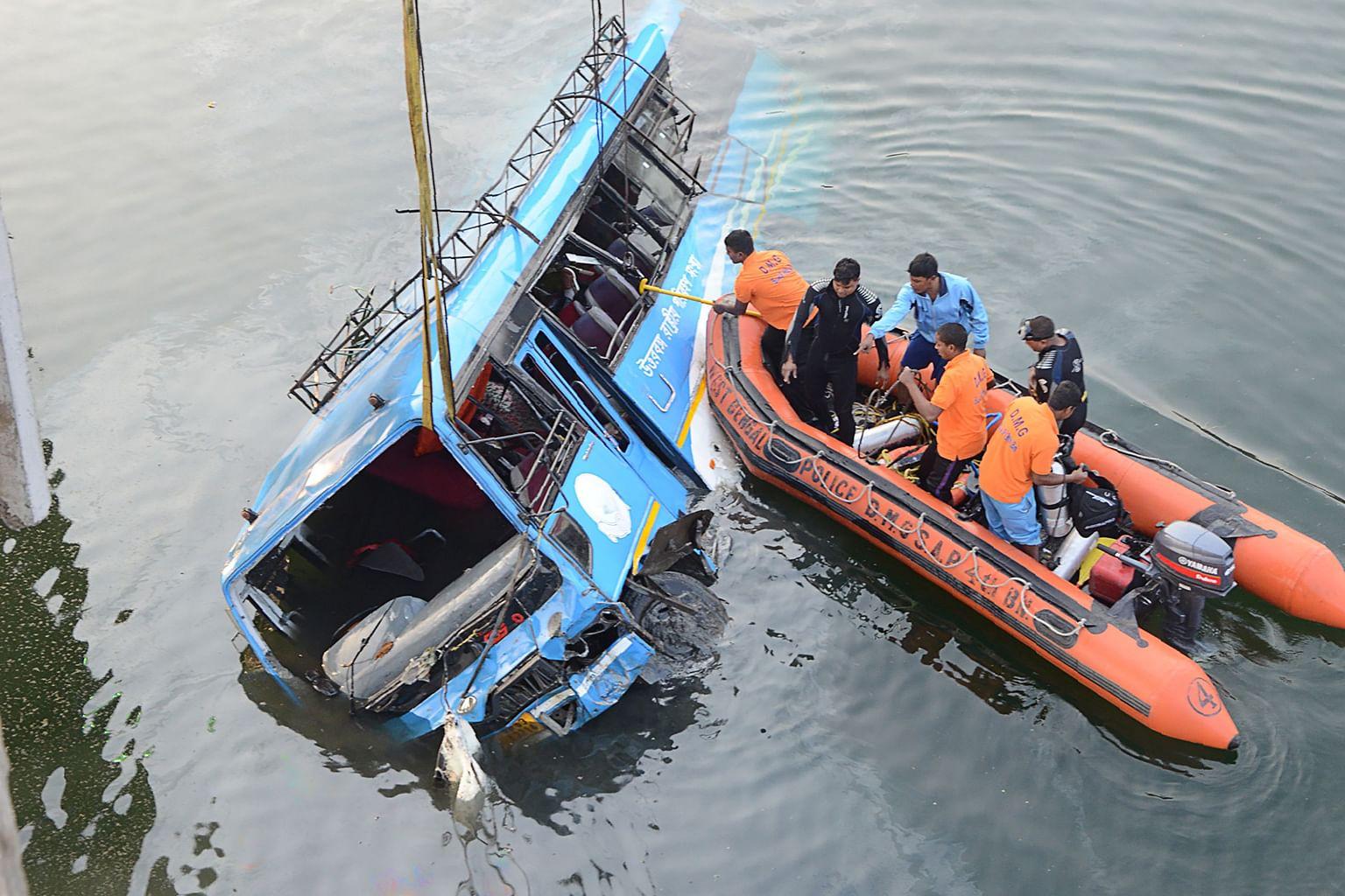 36 maut di India apabila bas terbabas dari jambatan ke sungai