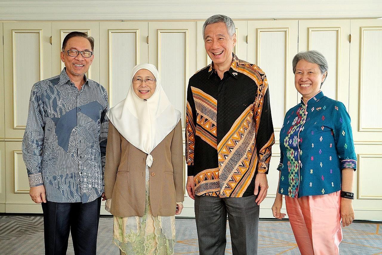 Selepas 23 tahun... PM Lee, Anwar bertemu semula