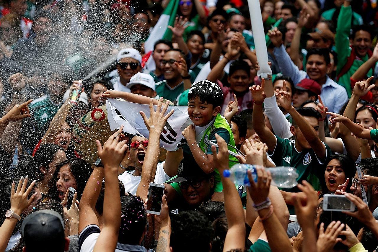 Peminat Mexico berpesta di luar kedutaan Korea Selatan