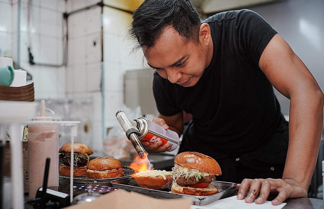 Burger 'kedai kopi' tapi mengalahkan yang dijual di restoran