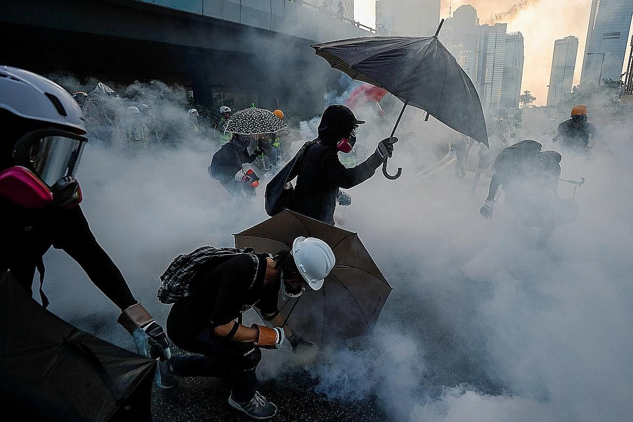 Perniagaan, khidmat tren dibuka semula susulan bantahan ganas di HK