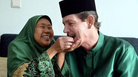 Masayang... Mualaf asal AS sambut Raya pertama kali bersama isteri buta dari S'pura