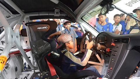 Seronok nikmati pengalaman pandu kereta lumba