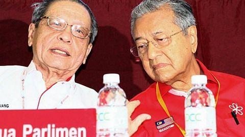 Dr M hadiri perhimpunan DAP, beri respons kepada kecaman penyokong Najib