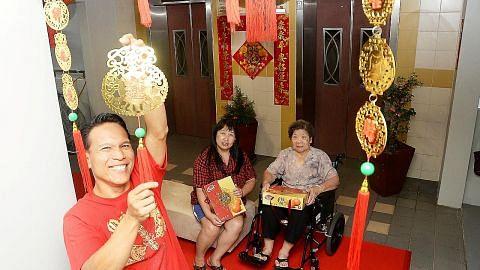 Gotong-royong hiasi lobi lif bagi Tahun Baru Cina