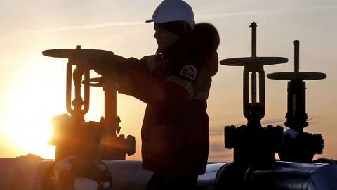 Harga minyak jatuh 2%, pasaran bimbangi lebihan EKONIAGA