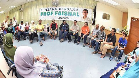 Faishal 'bersembang' dengan penduduk Nee Soon