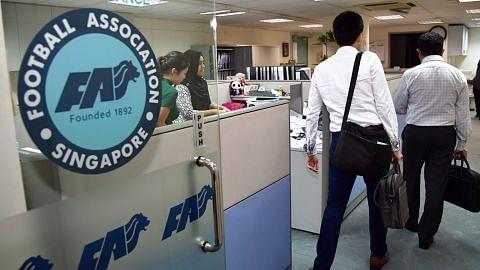 Polis dilihat di pejabat FAS dan beberapa kelab