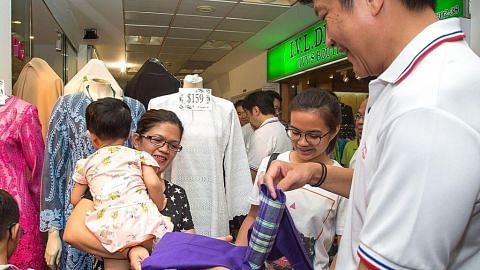 80 kanak-kanak dihadiahkan baju Raya...