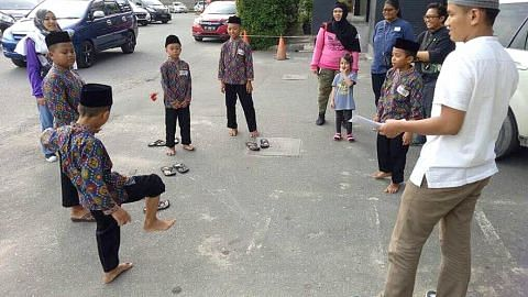 Beramal bersama anak panti asuhan di Batam