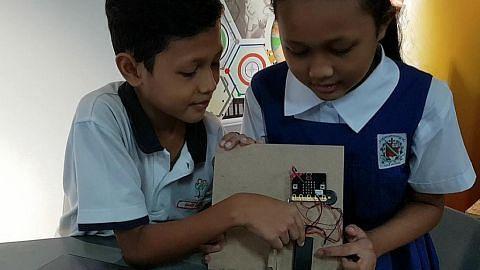 Suri rumah bersama anak belajar tentang ciptaan digital