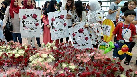 Mawar dihulur, jadi lambang mesej keharmonian
