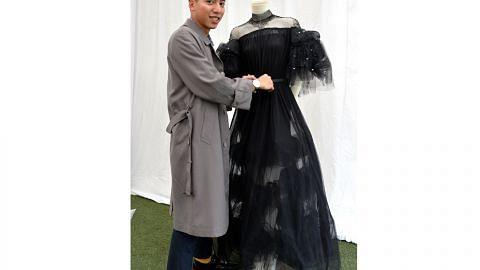 Pelajar teruja gaun hitam dipamer dan dibeli tamu