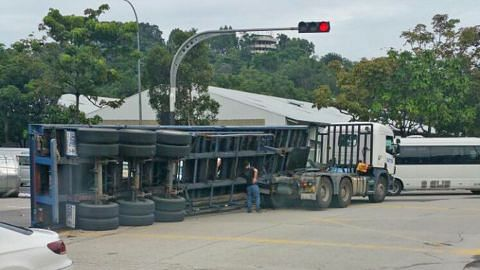 Treler terbalik di Jurong