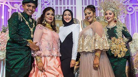Ziana berduet dengan pengantin di S'pura