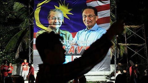Pembangkang kecam larangan papar wajah Mahathir, Anwar dalam poster