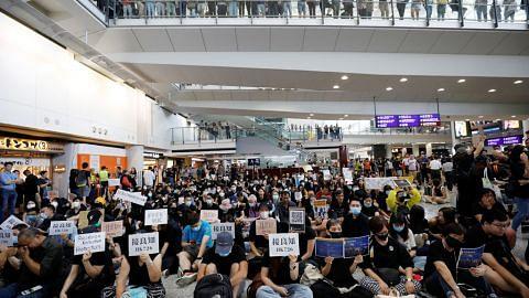Penunjuk perasaan adakan pula bantahan di lapangan terbang HK