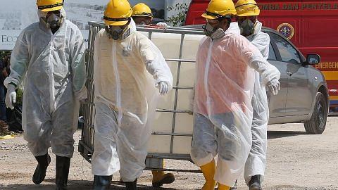 PEMBUANGAN SISA KIMIA DI PASIR GUDANG Sebanyak 2.4 tan sisa kimia dikumpul ekoran operasi bersih Sungai Kim Kim
