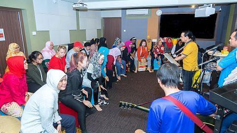 Pemuzik Moliano kagum lihat murid warga emasnya gigih belajar main alat muzik