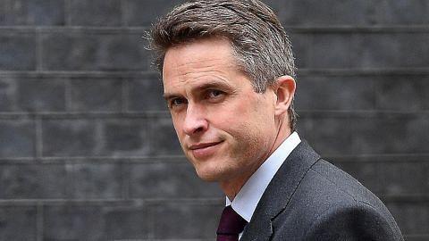 Theresa May pecat Setiausaha Pertahanan Britain berhubung Huawei