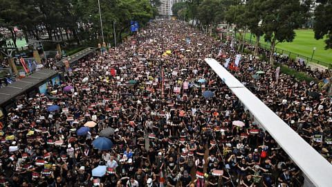 Rakyat HK desak pemimpin letak jawatan