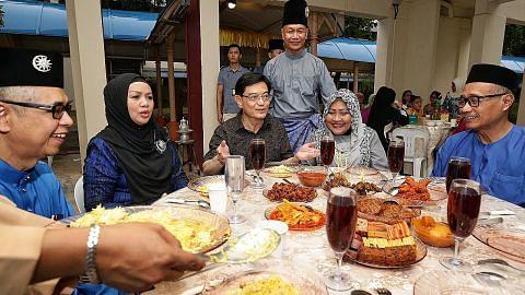 Rumah terbuka warga Tampines sambut DPM Heng sebagai tamu