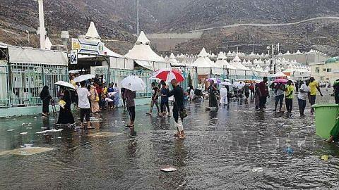 Khemah bocor, bekalan letrik putus dek hujan lebat landa Mina