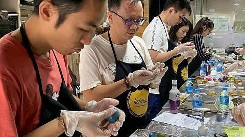Cef Melayu ajar kaum Cina buat kuih bulan