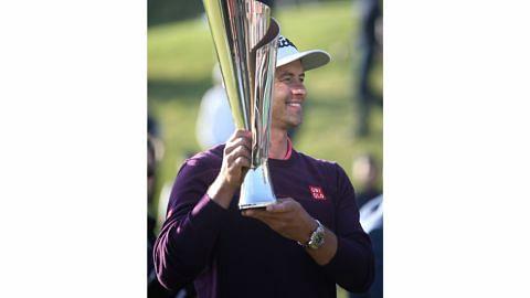 Adam Scott juara, Woods paling bawah