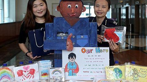 Kanak-kanak tadika tunjuk penghargaan pada pegawai ICA
