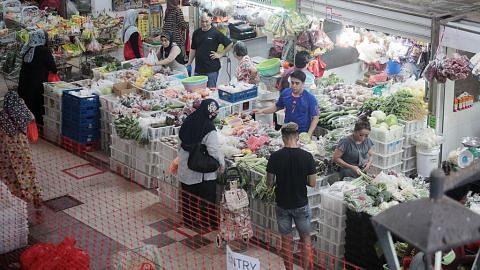 Pasar tidak begitu sesak tetapi peniaga prihatin niaga berkurangan
