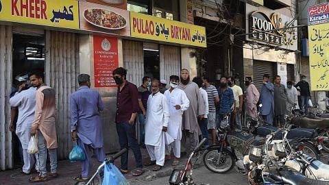 Warga Pakistan banjiri masjid, pasar - tak hiraukan jarak selamat