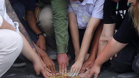 Plak pembantah yang cabar pemerintahan beraja Thailand ditanggal