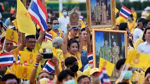 Penunjuk perasaan desak PM Prayut henti 'bersembunyi' Raja Vajiralongkorn tingkat kuasa atas institusi, aset awam