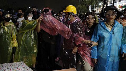 Penunjuk perasaan Thai bersurai lepas polis tembak meriam air