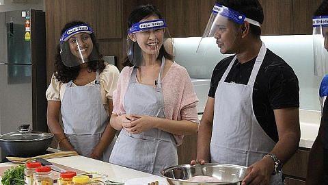 Pererat ikatan warga SG, pekerja asing melalui memasak