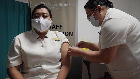 Pekerja jagaan kesihatan sektor privet diberi vaksin