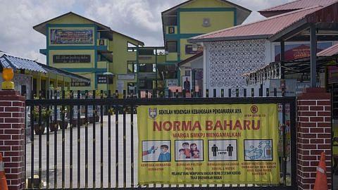 Kerajaan M'sia digesa usah 'bolak-balik' tentang buka semula sekolah di tengah darurat