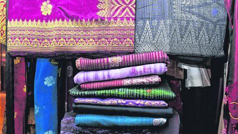 NAMA WARNA VISUALISASI WARNA Beraneka nama warna dalam bahasa Melayu *Disebabkan warna kertas akhbar dan dakwat, warna dipaparkan mungkin tampak berbeza.