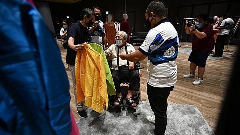 300 penerima bantuan dapat baju Raya baru