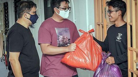 Sukarelawan agih habuan Raya pada keluarga di barat SG