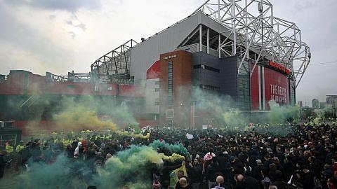 Penyokong Man U protes di luar Old Trafford