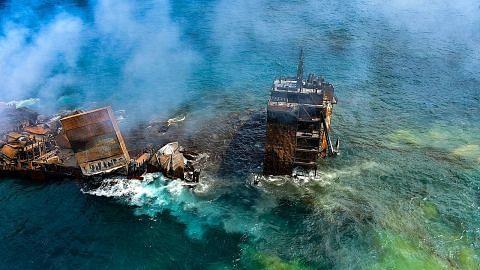 Kapal kargo yang terbakar kini hampir karam di pelabuhan Colombo