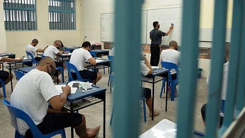 Ingin jadi contoh kepada anak dengan rangkul ijazah di penjara