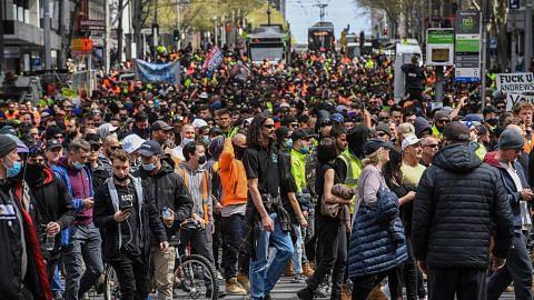 Bantahan di Melbourne selepas tapak binaan ditutup bagi kekang koronavirus