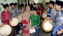 HARI KEHARMONIAN KAUM Pelajar Madrasah Aljunied, Sekolah Tinggi Perempuan Nanyang berbalas kunjungan Disambut meriah