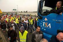 Puluhan pemandu trak, petani buat bantahan penempatan khemah pelarian di Perancis