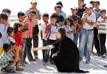 Kanak-kanak pelarian buat Angelina Jolie terharu
