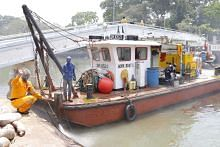 PERTEMBUNGAN DUA KAPAL KONTENA DI PERAIRAN JB Kerja pembersihan di pantai Changi giat dijalankan