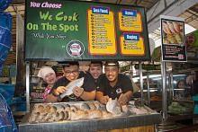 Ikan segar dimasak di gerai
